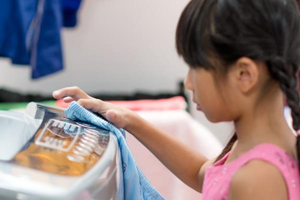 Latih Anak Membantu Pekerjaan Rumah dengan 10 Tugas Sederhana Ini