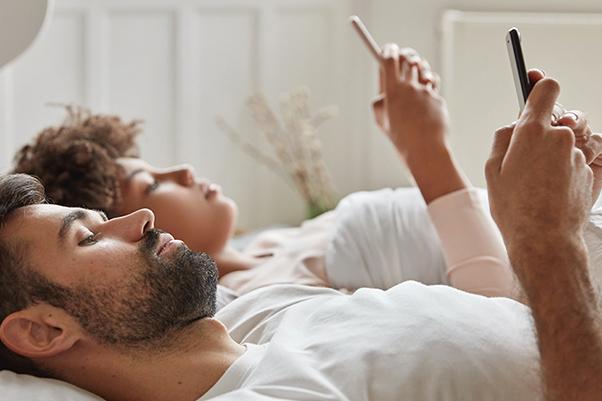 10Tanda Anda Seorang Phubber, Mengabaikan Orang karena Ponsel