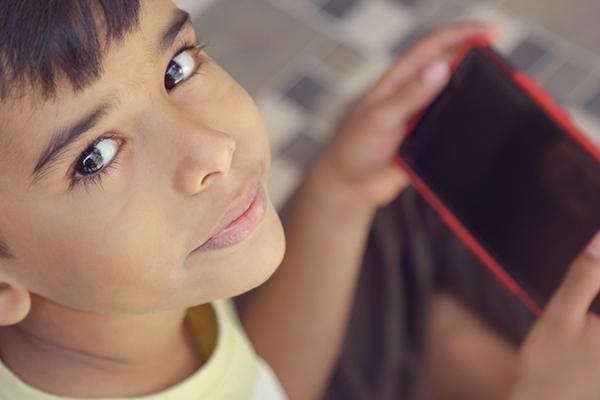 5 Cara Menghentikan Kebiasaan Phubbing pada Anak