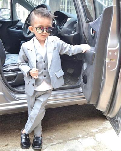 Hello there lil'gentleman… Untuk acara formal, pilih set jas lengkap dalam satu tone warna.